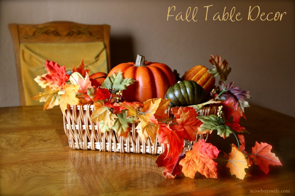 Fall decor table centerpiece with leaves and pumpkins for Pictures of fall table decorations